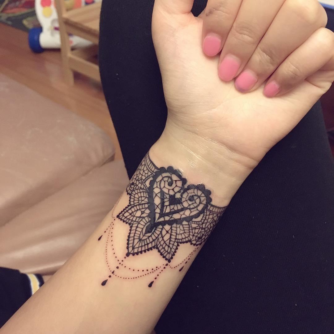 后小姐手腕梵花纹身图案