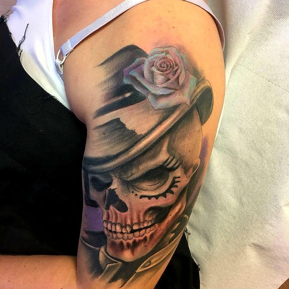 卖蓝猫的阙小姐大臂写实骷髅玫瑰纹身图案图片