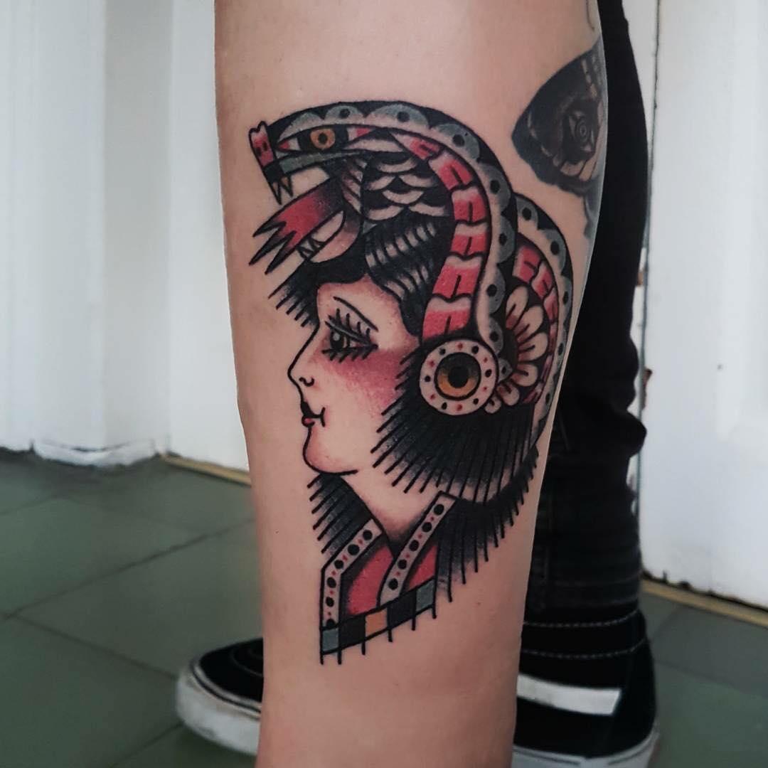 卖镜子的詹小姐后背小熊纹身图案